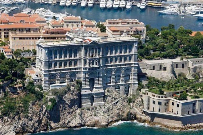 Cara del Museo Oceanográfico frente al mar Mediterráneo