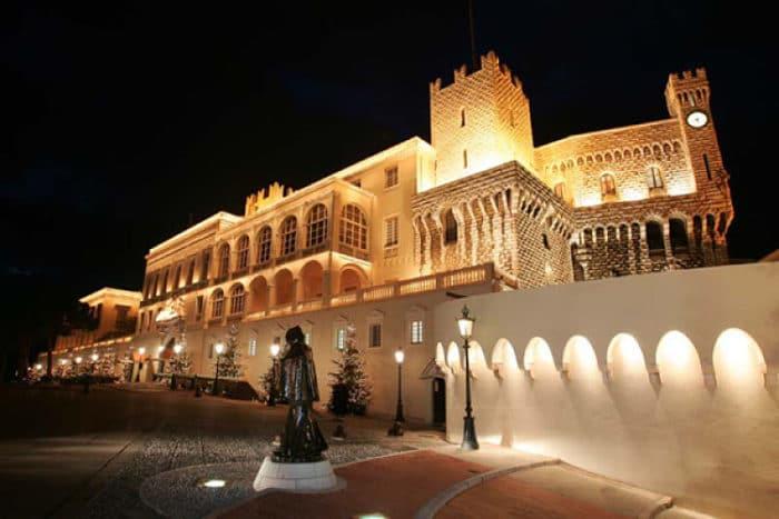 El Palacio del Príncipe de Mónaco iluminado