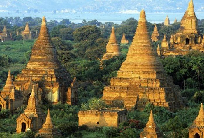 Imagen de algunos de los templos que se pueden ver en Bagan