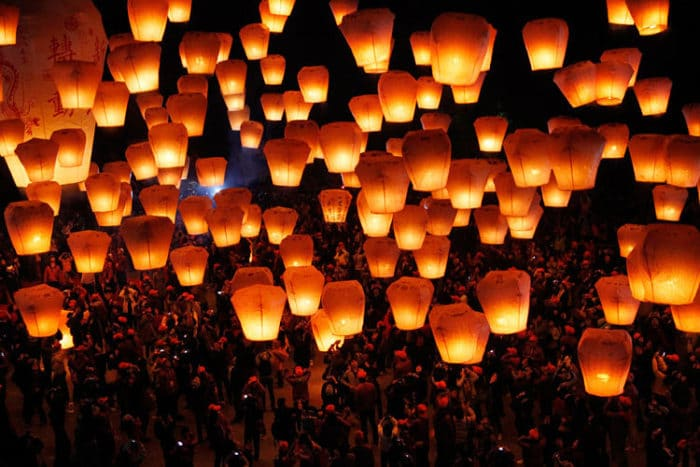 Hermoso espectáculo de lanzamiento de Lámparas en Pingxi Taiwán