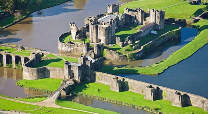 Vista aérea del complejo de edificios del Castillo Caerphilly