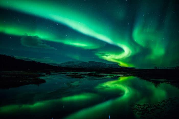 Hermosa imagen de las luces del norte vistas desde Islandia