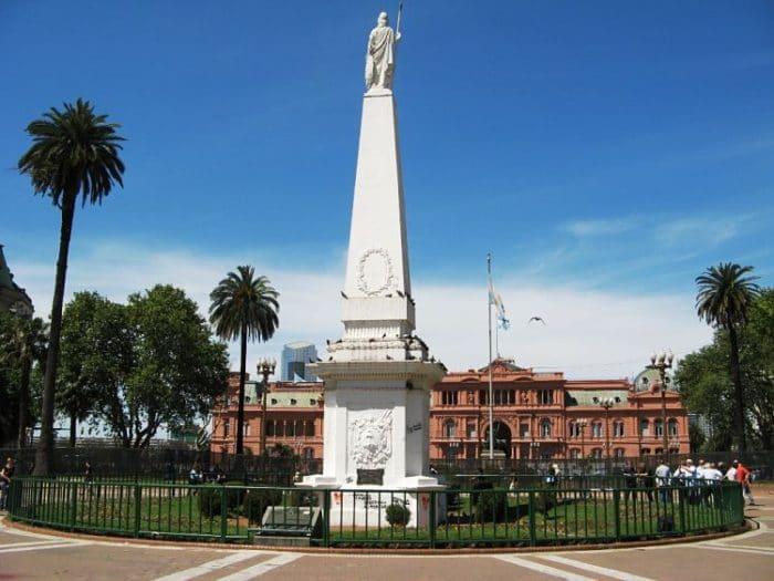 La pirámide de Mayo en el centro de la Plaza de Mayo