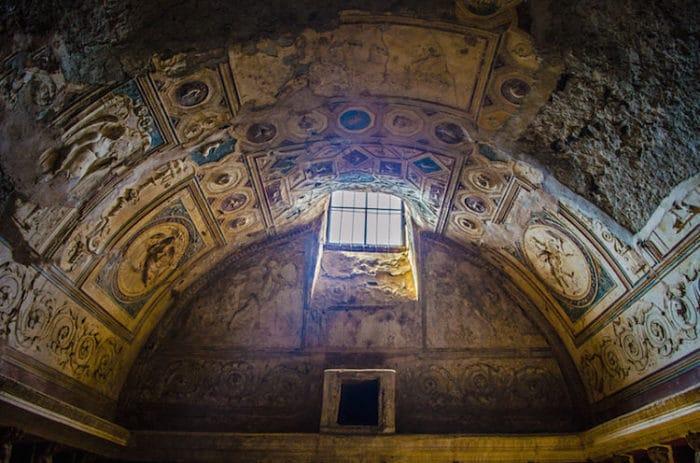 Parte del arte que se puede ver en el techo de uno de los Baños Termales de Pompeya