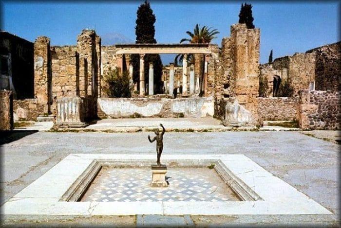 Estatua del Fauno y ruinas de la casa
