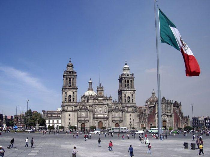 Vista de la gran bandera del Zócalo y la Catedral Metropolitana