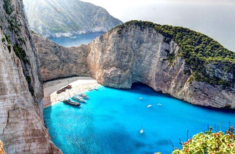 La hermosa costa de Playa Navagio en Grecia