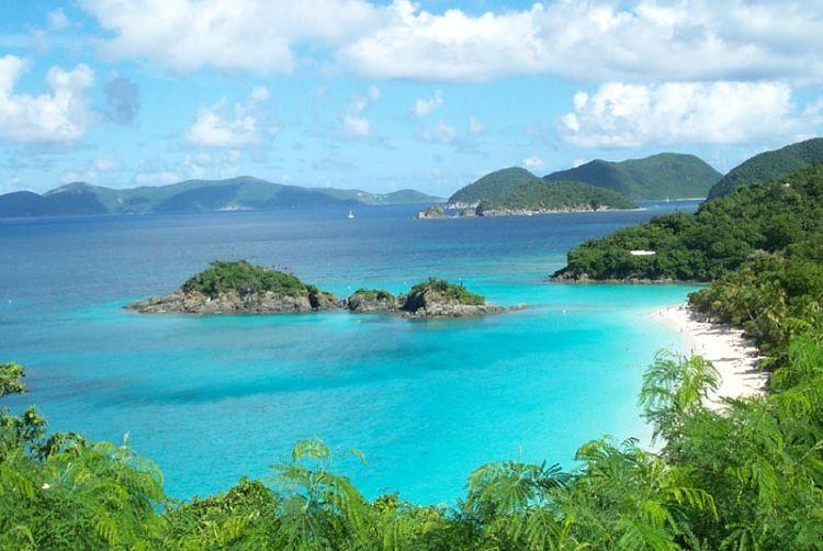 Las hermosas aguas turquesa de Trunk Bay en las Islas Vírgenes de Estados Unidos