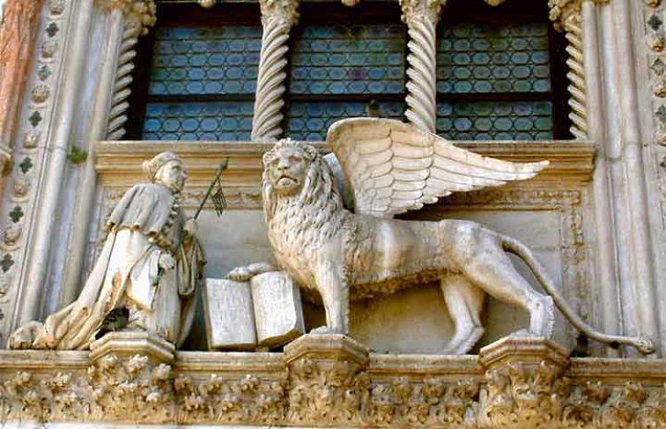 Estatua de San Marcos y el León Alado