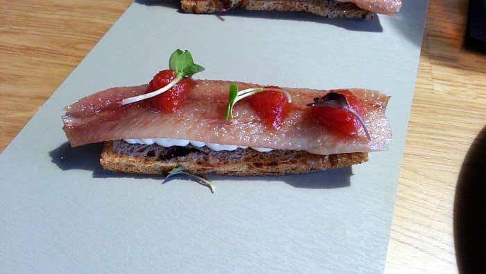 Sardinas ahumadas con queso de arzúa y tomates