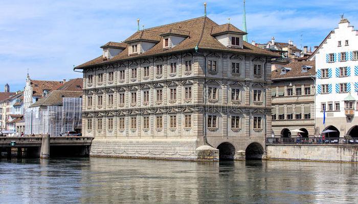Limmatquai y el Rathaus (Ayuntamiento):